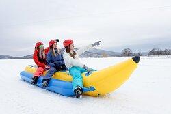 Катание на банане зимой по снегу