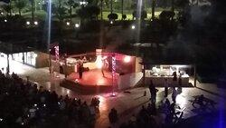 Вид на сцену с балкона номера