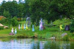 Скульптуры зайцев на Большом Пруду