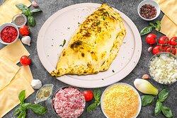 Pizza Reine Calzone Sauce tomate, Mozzarella, Jambon, Champignons