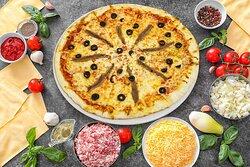 Pizza Napolitaine Sauce tomat, Mozzarella, Origan, Anchois, Olives Noires