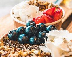 Acai und Pitaya Bowls mit frischen Früchten und Superfood Topping