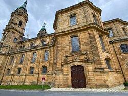 Die Seitenansicht der Basilika