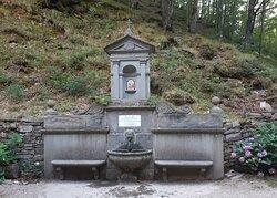 la bella fontana nei pressi del Santuario della Madonna del Faggio
