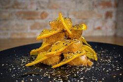 Hot Monte Fuji - Rolo de alga com arroz, recheado com salmão cream cheese , fritos na farinha panko e finalizados com laranja.