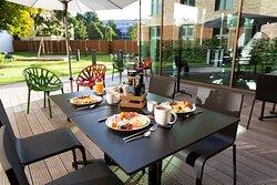 Frühstück auf unserer Gartenterrasse