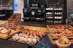 Brotauswahl beim Frühstücksbuffet