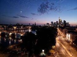 Skyline bei Nacht -  Aussicht einfach auf dem Balkon genießen