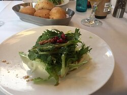 Knackfrischer Salat mit getrockneten Feigen und Granatapfelkernen
