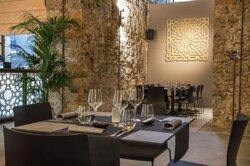 Food, club e wine: queste le tre declinazioni del nuovo Kalhesa, per offrire ai nostri clienti in un'esperienza a 360 gradi. Aperto dal martedì alla domenica dalle ore 19:00 e dal venerdì alla domenica anche a pranzo. Potrete gustare cocktail tradizionali o reinterpretati con prodotti siciliani e una vasta selezione di vini, accompagnandoli con Sushi, Tapas Gourmet o piatti che reinterpretano la tradizione siciliana in modo innovativo. Il tutto in compagnia di eventi di musica dal vivo e Dj set.