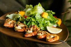Camarão grelhado com salada tropical