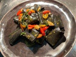 Paccheri neri con cozze al basilico e datterini dolci
