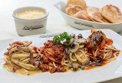 Mixto Romano : Mixto de Spaghetti con salsa pomodoro, salsa bolognesa, salsa funghi y salsa carbonara
