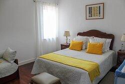 O quarto das imagens é o quarto número três - composto por cama de casal, sofá cama e casa de banho privativa.