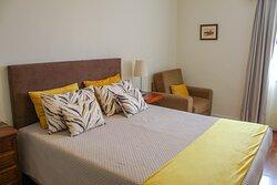 O quarto das imagens é o quarto número dois - composto por cama de casal e casa de banho privativa.