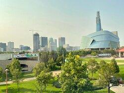 Vue de la chambre: la ville et son musée canadien des droits de la personne, un chef-oeuvre architectural