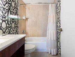 Governor Calvert House - Shower/Tub Combo Bathroom
