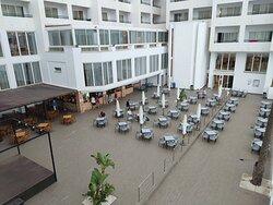Área de cafetería en piscina y zona de actuaciones