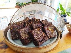 Brownie casero, sin azúcar, con cacao puro y sin gluten.