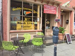 Outdoor seating at Healthy Gourmet To Go