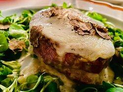 Die Fotos beinhalten selbst gemachte Ravioli mit Ziegenkäse und Trüffel, Geschnittenes Rinderfilet, Rinderfilet mit Käse und Trüffel sowie selbst gemachte Cantucchine