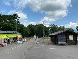 湧水口の駐車場と売店