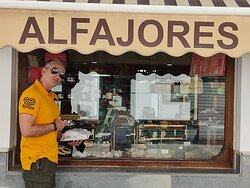 """Obligado un dulce en esta confitería, cierto es que existe otra muy conocida, nosotros decidimos entrar y probar un pastel y de verdad """"grandísimos""""""""buenísimosss""""y """"baratísimoss"""",no tuvimos la ocasión de volver pero ahora en Madrid como nos acordamos,además el trato..son encantadores,ir..visita obligada de verdad! volveremos sinceramente cuando volvamos a Cádiz visitaremos de nuevo Medina Sidonia solo por ir a la """"Confitería Nuestra señora de la Paz"""", enhorabuena chicos!"""