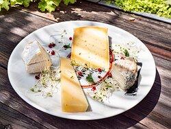 Assiette de fromages locaux