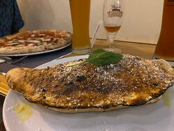 Pizza con spianata calabra e calzone al salamino
