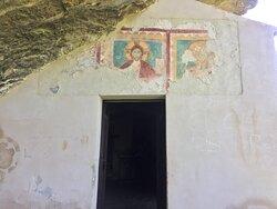 Gli affreschi sopra la porta