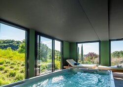 Le spa Onzen, bassin avec jets hydromassants, nage à contre courant