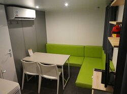 Salle à manger, salon dans le mobil-home duo confort.