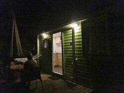 Mobil-home duo confort vu de l'extérieur avec sa terrasse éclairée le soir.