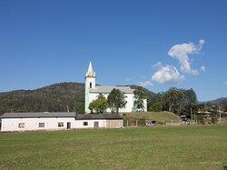 A igreja se destacando na paisqagem.