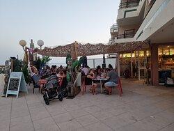Très belle terrasse vue sur la mer à la corniche de Sète