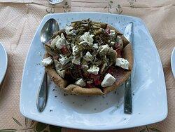 Πολύ νόστιμα!!! Πρέπει οπωσδήποτε να δοκιμάσετε τη σαλάτα Τηνος με τοπικά προϊόντα.
