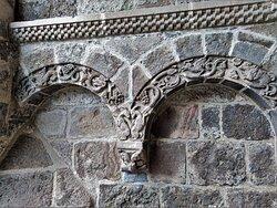 La reconstruction de l'église Saint-Mathieu, commencée au 15ème siècle, se prolongea au 16ème siècle, on y ajouta des chapelles. Au 19ème siècle le clocher fut reconstruit dans un pur style néo roman. Le mélange des genres artistiques reste harmonieux, il apporte une certaine fantaisie dans un édifice qui pourrait être austère.  De très belles choses sont abritées dans cette église. Une exceptionnelle Mise au Tombeau est à découvrir.