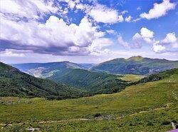 """Le passage au """"Pas de Peyrol"""" et au """"Puy Mary"""" est impératif, selon mon voisin Aurillacois, Mais il existe d'autres sommets à proximité moins fréquentés et tout aussi extraordinaires. Mis en avant par les différents organismes touristiques, ce lieu a acquis un prestige qui provoque une affluence particulière, comme le Mont Ventoux ou le château de Chambord."""