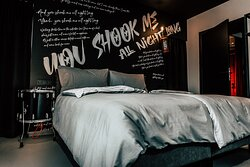 APARTMENT YOU SHOOK ME ALL NIGHT LONG 1 double bed (box spring), open foot end, 2 single beds, Bed linen, Furnished balcony, Walk-in closet, Cable flat TV with radio