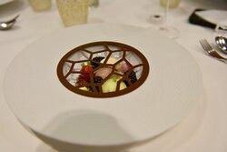 Dessert van donkere chocolade met braam, dragon en dulce