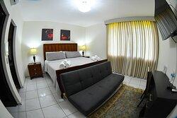 Amplia  y acogedora habitación con cama tamaño king y sofá cama.