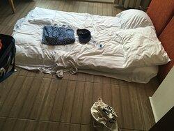 lit installé au sol car canapé défoncé