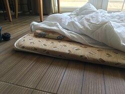 3ème lit de la chambre installé au sol car canapé défoncé