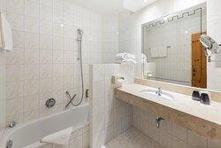 Badewanne mit Dusche, WC separat, kuschelige Bademäntel, Schlössltasche mit Saunatücher, Kosmetikspiegel, Haartrockner, alle Zimmer im Hotel AlpenSchlössl in Söll am Wilden Kaiser.