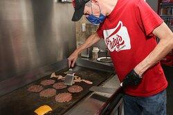 Todas nuestras hamburguesas son cocinadas al momento, never frocen con una selecta mezcla secreta 100% res y un sazonado final que resalta ese gran sabor.