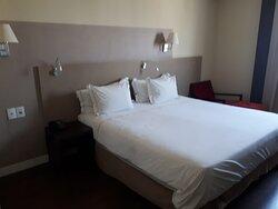 cama com 1 colchão queen (não são 2 colchões emendados) quarto 1005