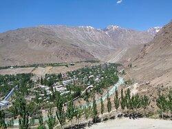 Największą atrakcją tego miejsca jest widok na miasto i Góry Pamirskie je otaczające .