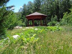 W tej stylowej altanie na terenie ogrodu można by urządzić piknik .