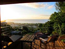 Terrasse suspendue avec vue sur l'océan du bungalow Aito
