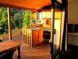 Terrasse couverte avec cuisine équipée du bungalow Aito